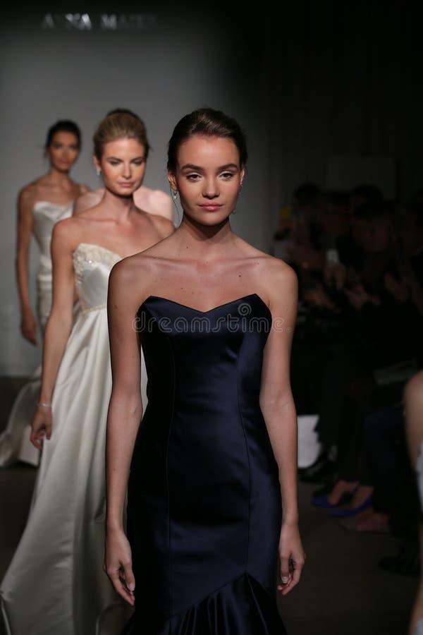 纽约, NY - 10月12日:模型步行在安娜Maier UllaMaija女装设计秋天2014新娘汇集展示的跑道结局 免版税库存照片