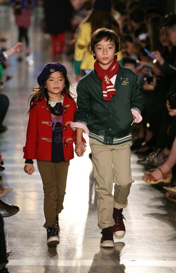 纽约, NY - 5月19日:模型步行拉尔夫・洛朗秋天14儿童的时装表演的跑道 库存图片