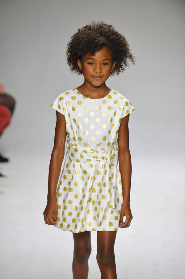 纽约, NY - 10月19日:模型走跑道在唱腔儿童的衣物预览期间petitePARADE孩子时尚星期 免版税库存图片