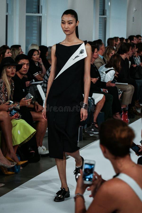 纽约, NY - 9月09日:模型走跑道在奥斯卡De La伦塔时装表演 免版税库存图片