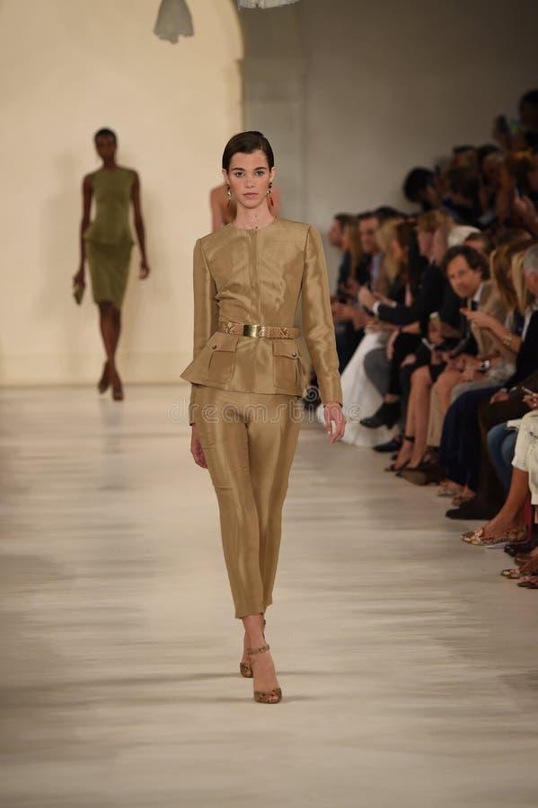 纽约, NY - 9月11日:模型走跑道在拉尔夫・洛朗时装表演 库存图片