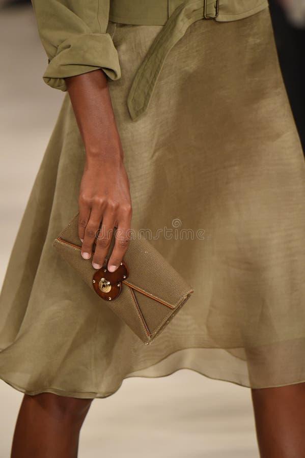 纽约, NY - 9月11日:模型走跑道在拉尔夫・洛朗时装表演 免版税图库摄影