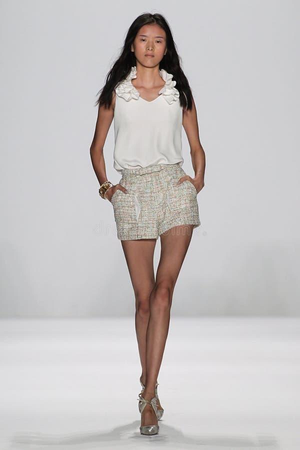 纽约, NY - 9月09日:模型走跑道在Badgley Mischka时装表演 库存照片