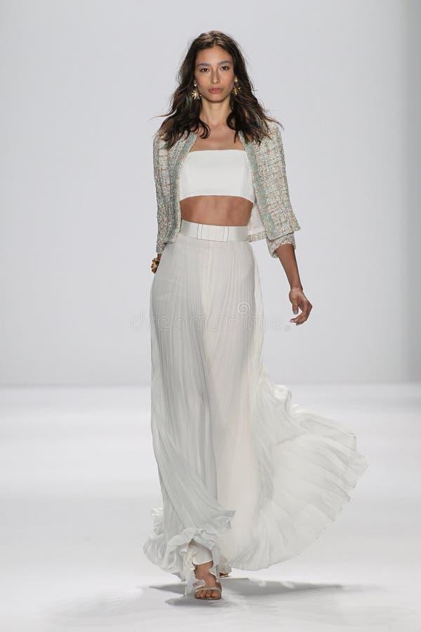纽约, NY - 9月09日:模型走跑道在Badgley Mischka时装表演 库存图片