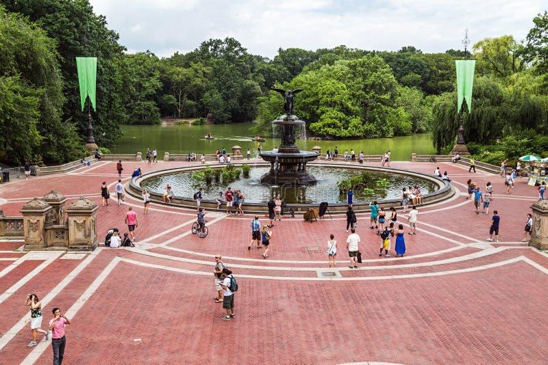 纽约, NY/USA -大约2015年7月:在中央公园,纽约购物中心的贝塞斯达喷泉  图库摄影