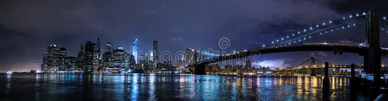 纽约, NY/USA -大约2015年7月:布鲁克林大桥和更低的曼哈顿全景在夜之前 库存照片