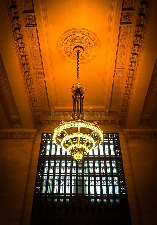 纽约,NY美国:2018年12月1日-在盛大中央驻地内部的一盏枝形吊灯 免版税库存照片