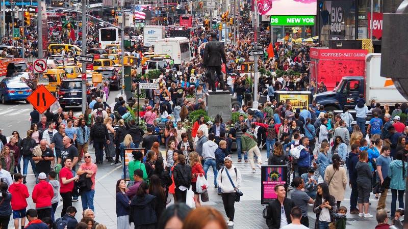 纽约,NY,美国 关闭走在时间广场,百老汇和在第七条大道的上千群众 库存照片