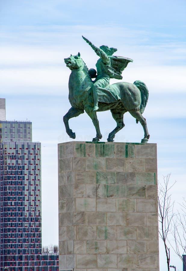 纽约,NY/美国- 3月 24 2019年:位于联合国的公园的和平纪念碑的垂直的看法 免版税图库摄影