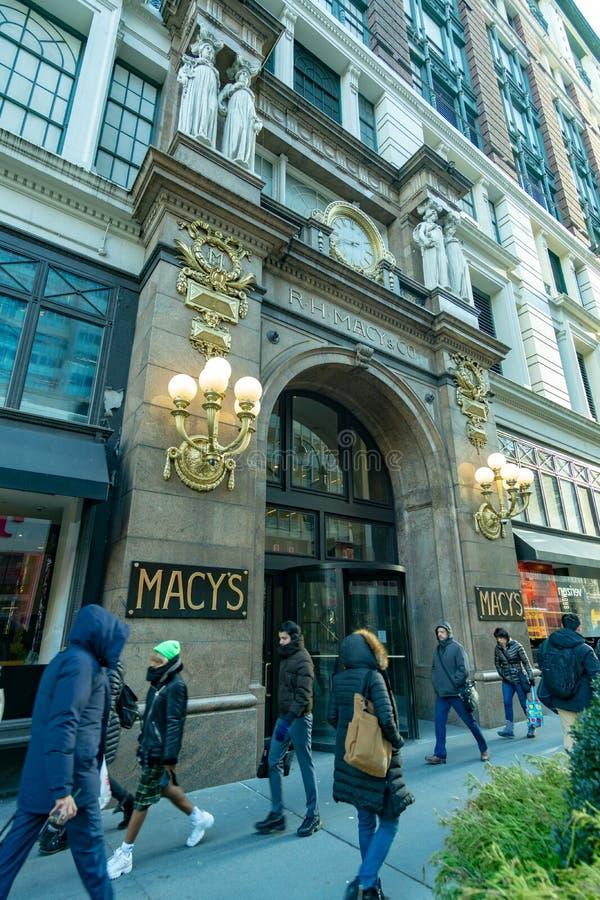 纽约,NY -著名Macy's先驱广场百货店的入口的垂直的射击 免版税库存图片