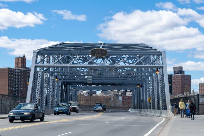 纽约,NY/USA - 04/09/2019:看向东横跨the145th街道桥梁,导致从布朗克斯哈林  库存图片