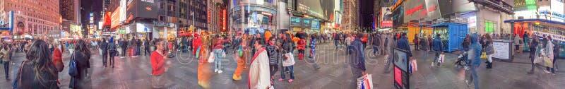 纽约- 2015年10月:游人在时代广场在晚上, 免版税图库摄影