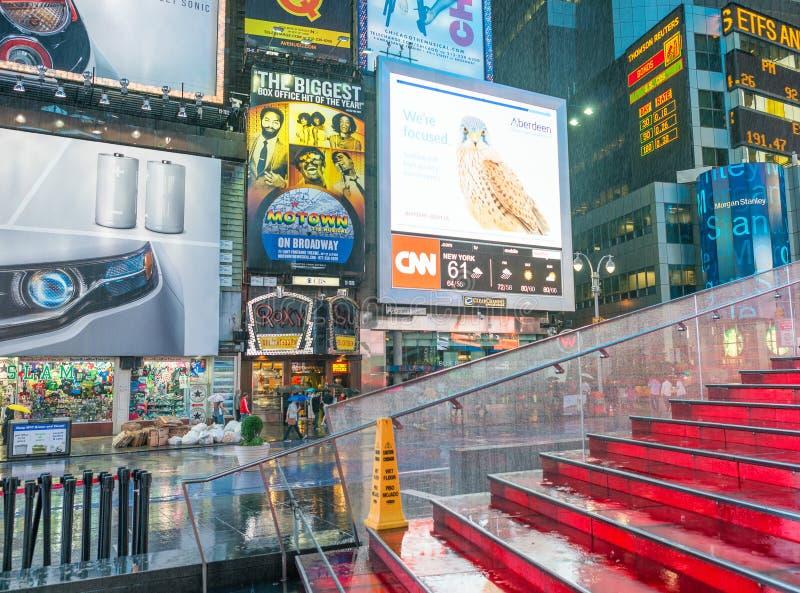 纽约- 2013年6月:游人在时代广场在晚上 Th 库存照片