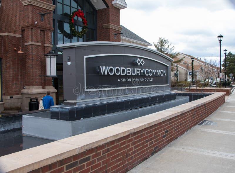 纽约2019年1月 人们购物在2019年1月05日的伍德伯里共同的优质出口在伍德伯里,纽约,美国 免版税库存图片