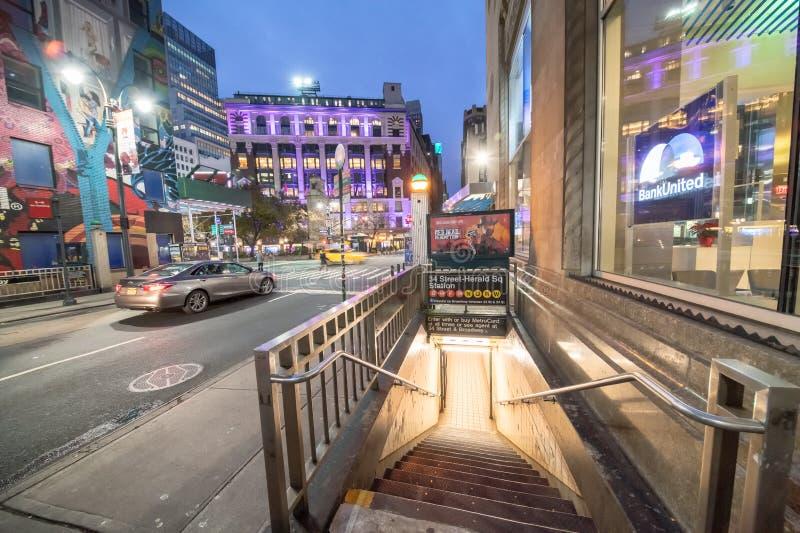 纽约- 2018年11月30日:先驱广场与游人的地铁入口夜视图  城市吸引5000万人 免版税库存照片