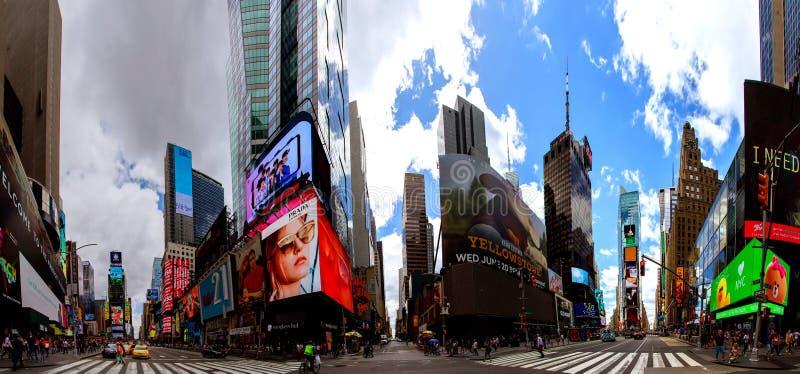 纽约-2018年6月15日:全景时代广场以为特色与百老汇剧院和赋予生命的LED标志,是新的Yo的标志 库存照片