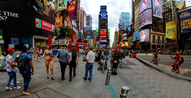 纽约-2018年6月15日:全景时代广场以为特色与百老汇剧院和赋予生命的LED标志,是新的Yo的标志 免版税库存照片