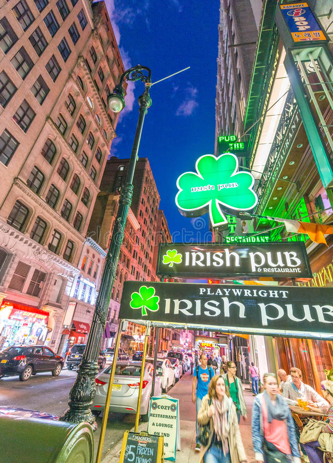 纽约- 2013年6月:爱尔兰客栈在晚上 这些客栈是  免版税库存图片