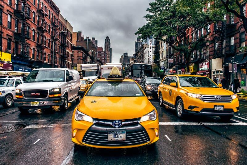 纽约-2009年10月26日, :纽约出租汽车和汽车在街道在曼哈顿纽约交易 新的雨约克 免版税库存照片