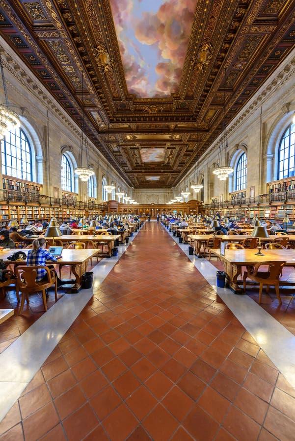 纽约-12月12日:人研究在2017年12月12日纽约公共图书馆在曼哈顿,纽约 ?? 库存照片