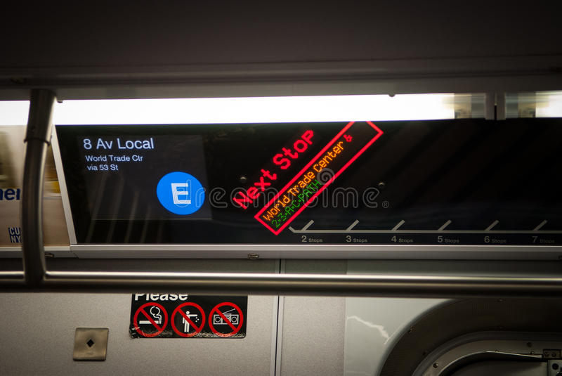 纽约-2010年12月25日:有标志的E火车在纽约停止2010年12月25日的驻地,美国 免版税库存图片
