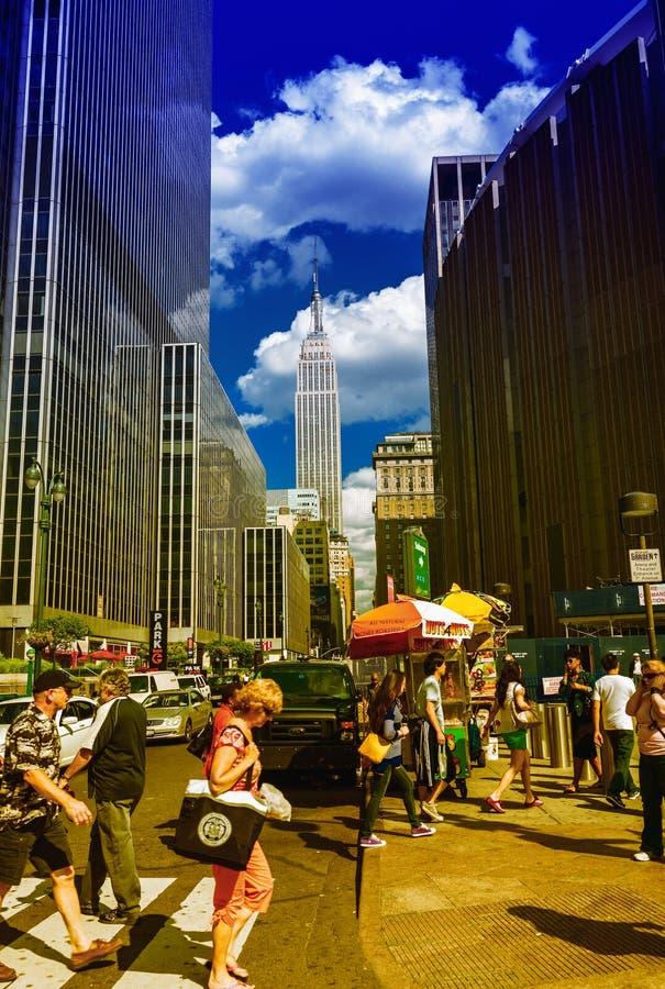 纽约- 2013年6月14日:沿城市街道的游人步行 免版税图库摄影