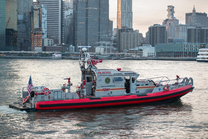 纽约- 2017年5月19日:纽约FDNY在East河的救助艇的消防队 库存照片