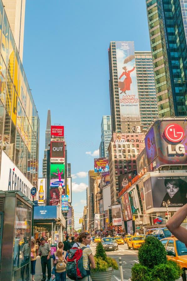 Download 纽约- 2010年9月5日:9月5日的时代广场在新 图库摄影片. 图片 包括有 人们, 地标, 街道, 拱道 - 72359947