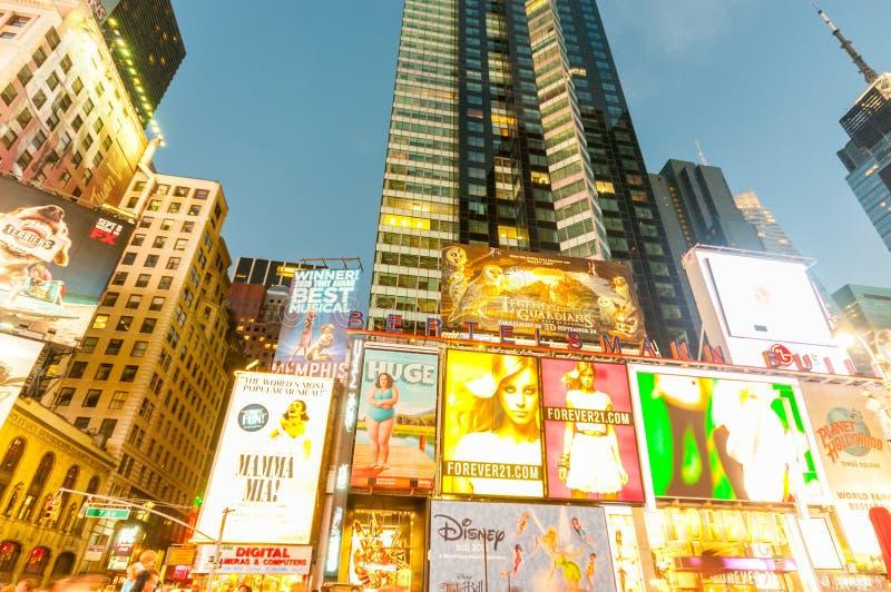 Download 纽约- 2010年9月5日:9月5日的时代广场在新 图库摄影片. 图片 包括有 街道, 急性, 招待, 购物 - 72360612