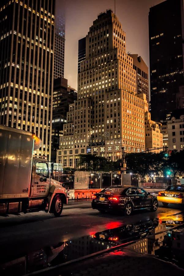 纽约- 7月21 :公路交通在2015年7月01日的晚上在纽约 免版税图库摄影