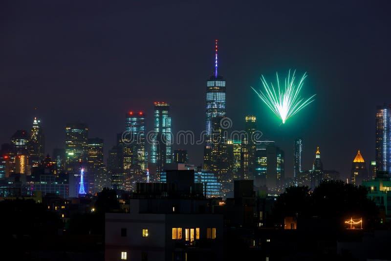 纽约- 7月4 :在从布鲁克林看见的曼哈顿的烟花 免版税库存图片
