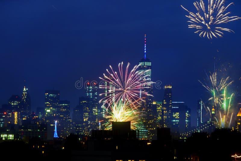 纽约- 7月4 :在曼哈顿地平线上的美国独立日烟花7月4日, 免版税库存照片