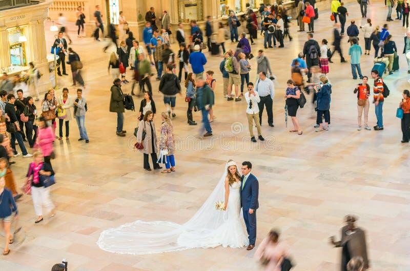 纽约- 6月10 :夫妇庆祝在盛大中心的婚礼 图库摄影