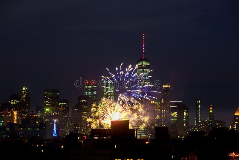 纽约- 7月4 :纽约曼哈顿美国独立日烟花展示在作为庆祝bir的年会的哈得逊河 库存照片