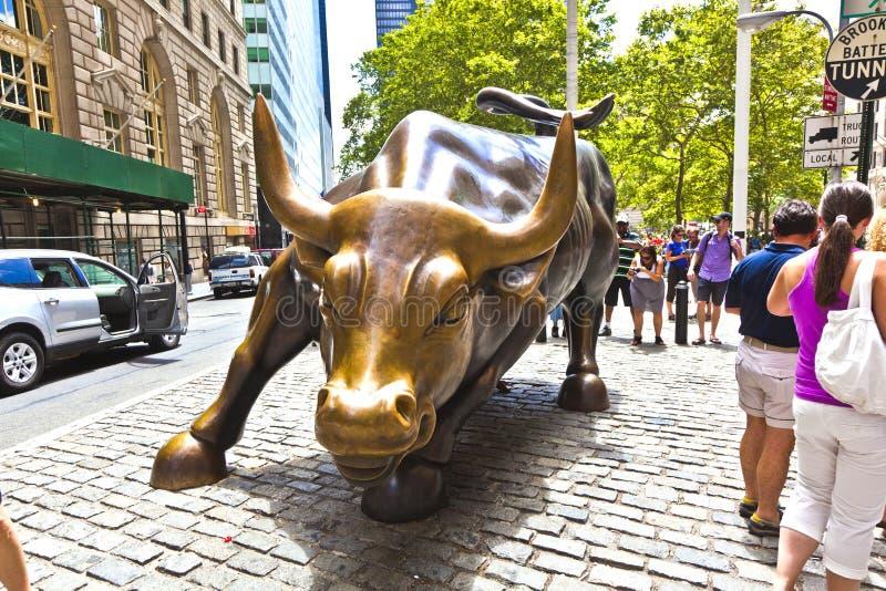 充电公牛的地标在更低的曼哈顿在纽约 免版税库存图片