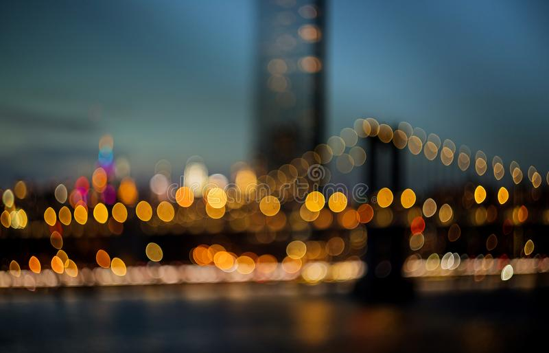 纽约-美丽的鸟瞰图城市弄脏了光夜视图地平线,在曼哈顿的摘要有曼哈顿桥梁的 库存照片
