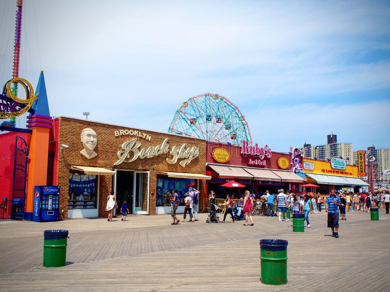 纽约-美国,人们在康尼岛木板走道享用在纽约 免版税库存照片