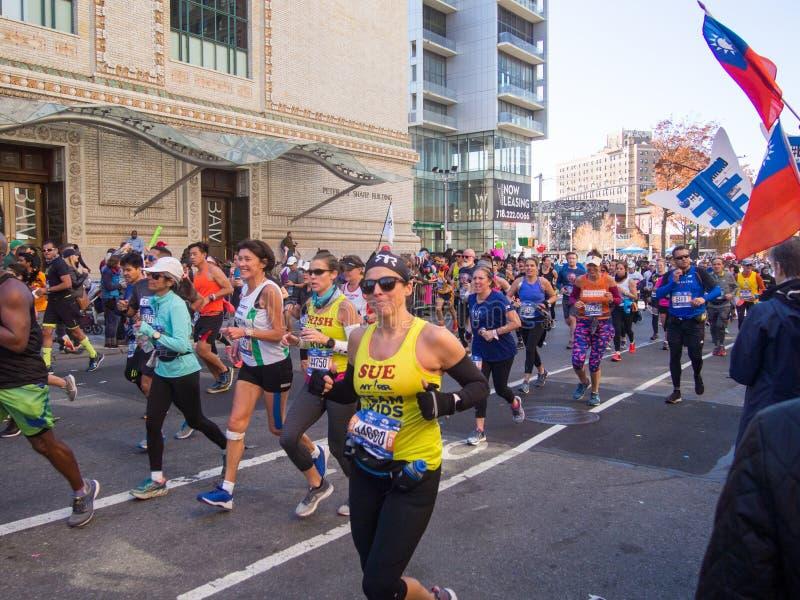 纽约-美国-人们跑纽约马拉松 库存图片