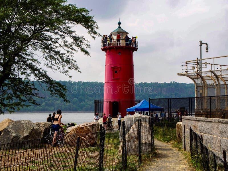 纽约-美国-参观小雷德河灯塔的人们 免版税库存照片