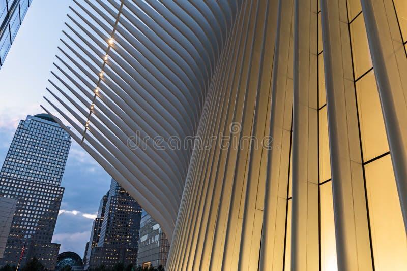 纽约/美国- 2018年8月22日:在日落的香港世界贸易中心运输插孔的Oculus外部细节 免版税库存照片