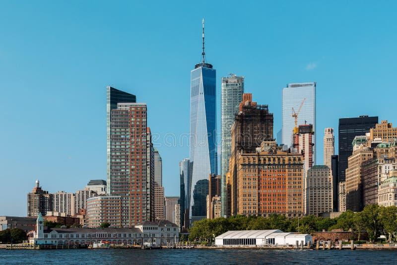 纽约/美国- 2018年8月22日:曼哈顿下城摩天大楼和大厦从自由女神像观看 库存照片