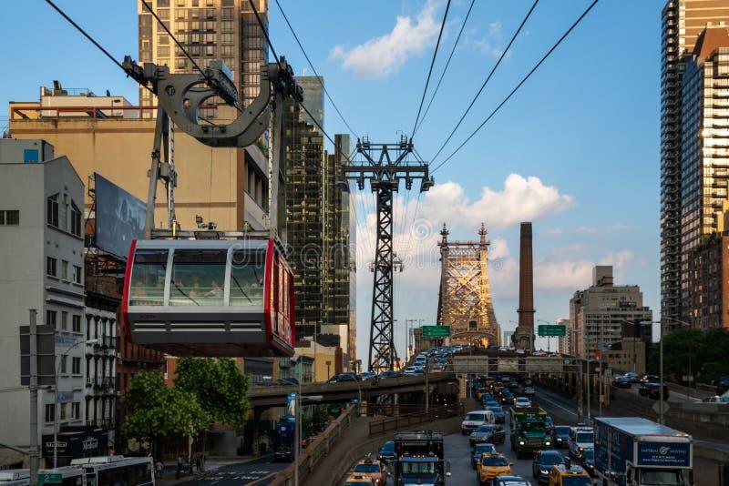 纽约/美国- 2018年7月27日:第59条街道的曼哈顿中城纽约罗斯福岛空中缆车 免版税库存照片