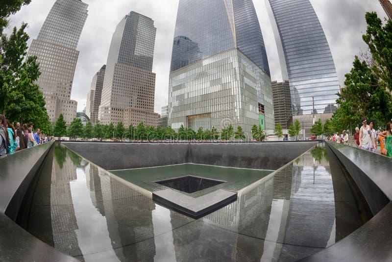 纽约-美国- 6月13日2015人临近自由塔和9/11 免版税库存照片