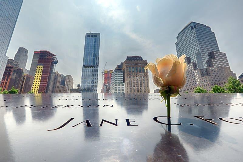 纽约-美国- 6月13日2015人临近自由塔和9/11 库存照片