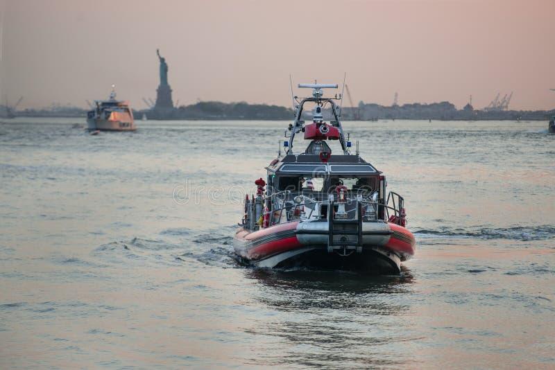 纽约FDNY在East河的救助艇的消防队 库存照片