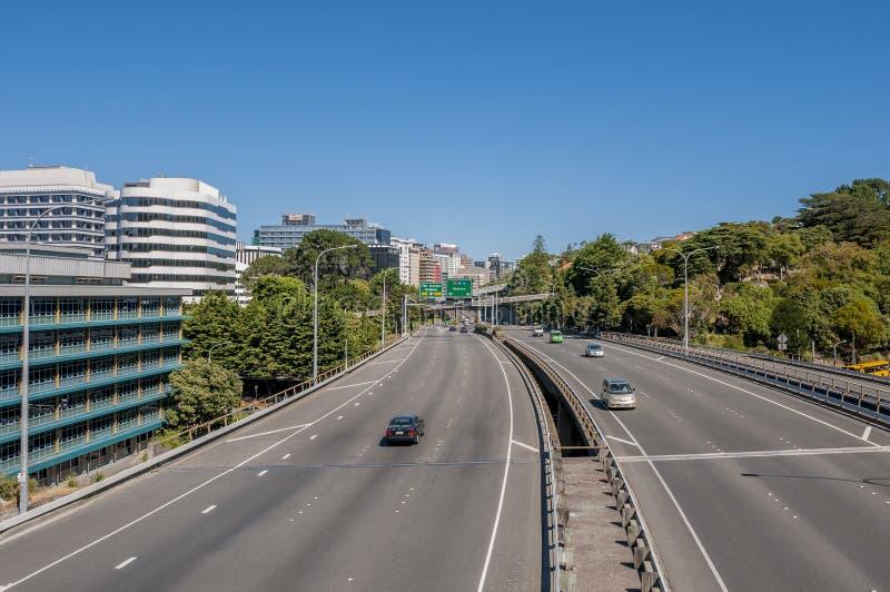 纽西兰惠灵顿州立公路1号的镜头,高速公路到达市中心 免版税库存图片