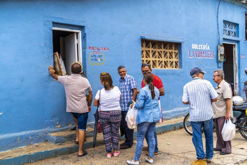 线的人们在freshy被烘烤的面包以后,联合国科教文组织,Vinales,比那尔德里奥省,古巴,西印度群岛,加勒比 免版税库存照片