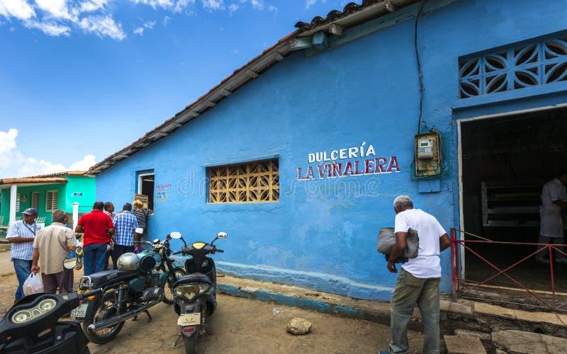 线的人们在freshy被烘烤的面包以后,联合国科教文组织,Vinales,比那尔德里奥省,古巴,西印度群岛,加勒比 库存照片
