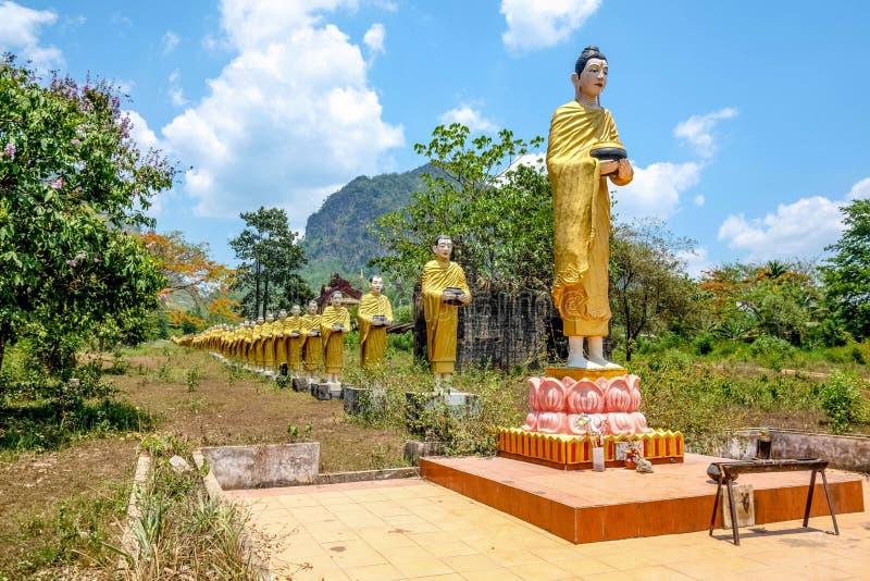 线的雕象修士在缅甸国家边 库存图片