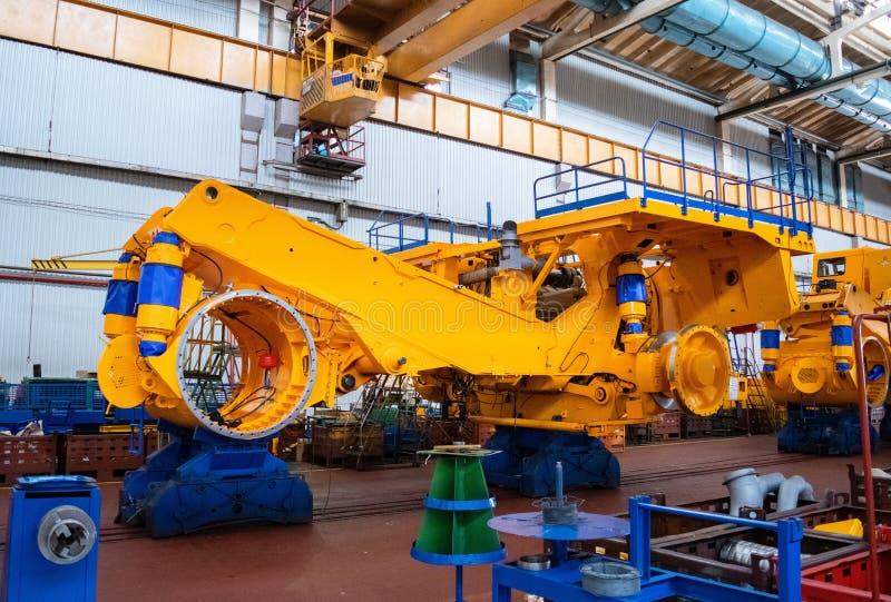 线,大黄色卡车,矿用汽车的生产的传动机 商店工厂 图库摄影